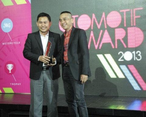 Eko Prabowo GM Marketing Communication & Community Development menerima Otomotif Award (3)