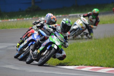Pembalap Yamaha juara umum MP1 Motoprix Region Jawa - R Fadhil - saat race di sirkuit Karting Sentul