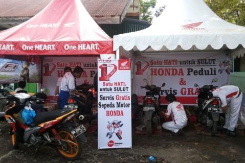 Mekanik Honda melakukan service gratis sepeda motor untuk korban musibah banjir di Pulau Jawa dan Manado. AHM bekerja sama dengan jaringan main dealernya mengadakan program peduli banjir dalam bentuk pemberian paket sembako dan makanan serta service gratis dan penggantian oli dan busi secara cuma-cuma.