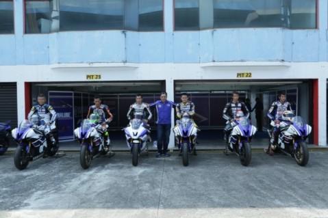 Para pembalap Yamaha Riding Academy bersama instruktur asal Jepang Yoshiyaki Kato di atas tunggangan R6