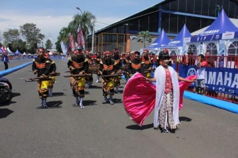 Tarian tradisional dalam opening Yamaha Cup Race Seri 1 (25 Tahun YCR) di GOR Satria Purwokerto
