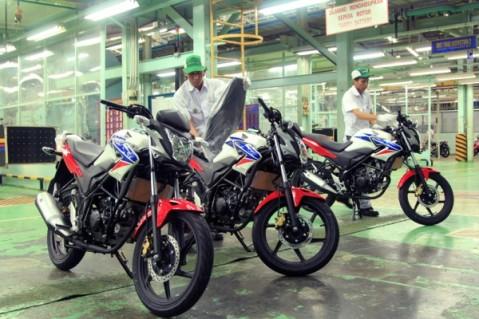 Karyawan AHM melakukan proses perakitan Honda CB150R StreetFire di pabrik perakitan AHM, Jakarta Utara.  Honda CB150R StreetFire produksi AHM semakin diminati pecinta motor sport Indonesia seiring dengan lonjakan penjualannya pada Januari-Mei tahun ini yang mencapai 58,8%.