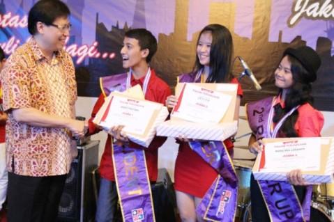 (kiri) Executive Vice President Director AHM, Johannes Loman menyerahkan beasiswa kepada siswa terbaik peserta AHMBS 2014 di Hotel Grand Cempaka, Jakarta (19/6). Sebagai salah satu bentuk tanggung jawab sosial perusahaan, AHM menyiapkan generasi muda peduli bangsa dengan menyeleksi siswa SLTA berprestasi se Indonesia melalui kegiatan AHMBS 2014.