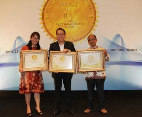 Senior Manager Brand Activation Department AHM, Joudhy Goutama (tengah) menerima penghargaan Word of Mouth Marketing 2014 yang diserahkan oleh Wakil Pemimpin Redaksi Majalah SWA, Sujatmaka (kanan) dan Partner Onbee Research, Marlin Silviana (kiri) di Hotel Intercontinental, Jakarta (23/6)