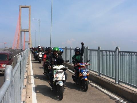 Peserta Jambore Nasional Republik BeAT melakukan penaburan benih ikan di bantaran sungai Kalimas, Surabaya (15/6).  Jambore tersebut diikuti sekitar 1.000 BeAT Bikers dari 143 komunitas Honda BeAT dari berbagai wilayah Sumatra, Jawa, Sulawesi dan Kalimantan