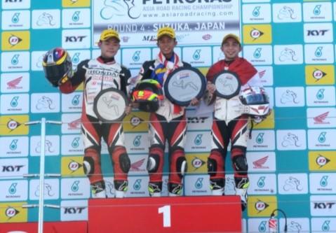 (kiri) Aditya Pangestu Hanafi kembali mengibarkan bendera Merah Putih setelah berhasil meraih podium  ketiga kelas Asia Dream Cup (ADC) balapan kedua di seri keempat Asia Road Racing Championship (ARRC) yang berlangsung di sirkuit Suzuka, Jepang (7/9)