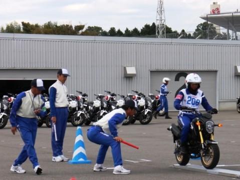 Instruktur safety riding perwakilan dari Indonesia melakukan uji keseimbangan narow plank pada ajang kompetisi The 15th Safety Japan Instructors'Competition 2014 di Jepang (27/9). Pada ajang yang diikuti oleh 7 negara Asia tersebut, Instruktur safety riding binaan PT Astra Honda Motor (AHM), M. Adi Sucipto, meraih posisi tertinggi dalam kelas 125cc.