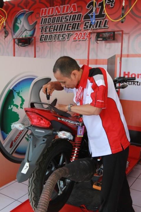 """Peserta kategori Service Advisor tengah menjalani uji praktik pada ajang Kontes Keterampilan Teknik Nasional 2014 di Mall Ratu Indah, Makassar (14/9). Kontes yang mengusung tema """"Satu Hati Wujudkan Prestasi"""", diikuti 3.542 mekanik Honda dan 1.564  service advisor Honda dari berbagai wilayah di Indonesia."""