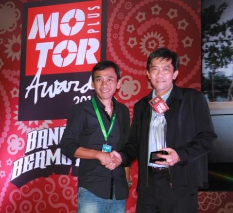 (dari kiri) Otomotif Group Founder, Agus Langgeng menyerahkan penghargaan Bike of the Year 2014 kepada Marketing Director AHM, Margono Tanuwijaya di ajang Motorplus Award 2014 (29/10). Honda CBR150R dikukuhkan sebagai sepeda motor terbaik tahun ini setelah berhasil menyabet penghargaan Bike of the Year 2014 dalam ajang tersebut.