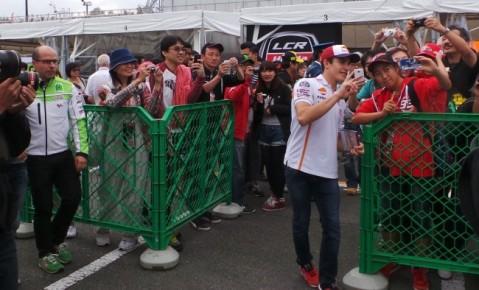 Juara dunia MotoGP, Marc Marquez menyapa pengemarnya di sirkuit Motegi, Jepang (12/10) sesaat sebelum balapan dimulai. Pebalap Honda Marc Marquez dan rekan setimnya Dani Pedrosa siap menyapa penggemarnya di Indonesia pada 21 September 2014 di sirkuit Sentul, Jawa Barat.