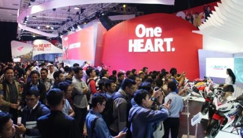 """Pengunjung terlihat antusias mengunjungi booth Honda pada IMOS 2014 di Jakarta Convention Hall, beberapa waktu lalu. Booth Honda yang mengusung tema """"One Heart One Indonesia"""" dan dikemas dalam 3 zona booth, yaitu New AT World, Racing Technology, Sophisticated Sporty, berhasil terpilih sebagai booth terbaik pilihan pengunjung."""