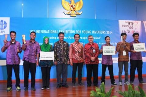 (tengah) Deputy Head of Corporate Communication AHM, Ahmad Muhibbuddin bersama dengan Kepala Lembaga Ilmu Pengetahuan Indonesia (LIPI), Iskandar Zulkarnaen dan Deputi Bidang Jasa Ilmiah LIPI, Bambang Subiyanto berfoto bersama para pemenang ajang Young Inventors Award 2014 di LIPI, Jakarta Selatan (01/11). AHM kembali mewujudkan komitmennya menemani generasi muda mewujudkan mimpi dengan memberikan beasiswa kepada para peneliti muda Indonesia yang berprestasi dalam ajang Young Inventors Award 2014.