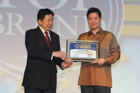 Andi Wijaya Senior Manager Marketing Communication (kanan) menerima penghargaan Top Brand yang diserahkan oleh Handi Irawan CEO Frontier Consulting Group (kiri) di Hotel Mulia, Jakarta (11/2). Penghargaan yang berhasil dipertahankan selama 7 tahun berturut-turut sejak tahun 2009 ini mencerminkan kuatnya kepercayaan masyarakat terhadap sepeda motor Honda di Tanah Air.