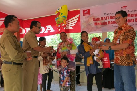 Department Head of Corporate Social Responsibility AHM Yudi Yozardi (ke-1 dr kanan) beserta Sekretaris Desa Kalihurip Pujianto (ke-1 dr kiri) dan Kepala Puskesmas Cikampek dr. H. Laode Ahmad menyerahkan PMT dari AHM bagi para balita di balai desa Tepas Sahate, Desa Kalihurip, Jawa Barat (25/2). AHM mengadakan sosialisasi pentingnya PMT untuk menunjang kualitas kesehatan balita dan ibu hamil sehingga memenuhi beragam unsur kecukupan gizi