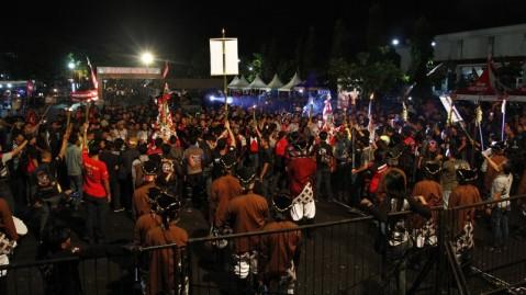 Para bikers dikawal oleh pasukan Lombok Abang dari Kraton Yogyakarta mengikuti prosesi adat budaya Yogyakarta,  Gunungan pada acara Jambore Nasional Honda CB150R StreetFire di Jogja Expo Center, Yogyakarta (14/2)