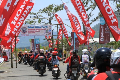 "Ratusan beat bikers berdatangan dari segala penjuru Indonesua untuk menghadiri Jambore Nasional Republik BeAT ke 6 di Ternate (14/3). Jambore Nasional Republike BeAT ke 6 ini mengusung tema ""Marimoi Ngone Futuru, Mari Torang Bersatu."" yang bermakna ajakan untuk beramai-ramai bersatu walaupun berbeda-beda."