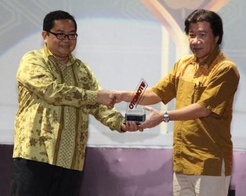 (dari kanan) GM Marketing Planning & Analysis AHM A. Indraputra menerima penghargaan Otomotif Awards yang diserahkan oleh Editor in Chief Tabloid Otomotif, Billy Riestianto di Gedung Pusat Perfilman, Usmar Ismail Hall, Jakarta (23/4)