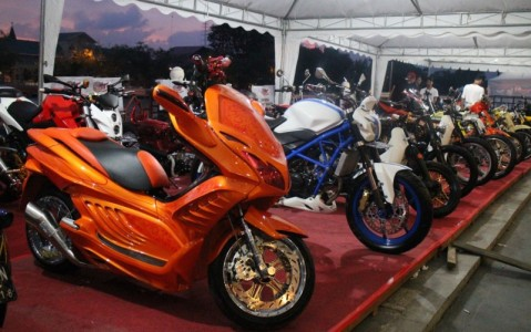 Beragam hasil modifikasi sepeda motor Honda tampil pada pembukaan Honda Modif Contest di Banjarmasin, Kalimantan Selatan (18/04). Honda Modif Contest digelar AHM sebagai wadah untuk mewujudkan aspirasi para modifikator berbakat Indonesia di atas sepeda motor Honda.