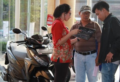 Karyawan dealer Honda menjelaskan spesifikasi dan teknologi sepeda motor Honda Vario 150 eSP kepada konsumen. Honda dikokohkan sebagai Raja Skutik Nasional dengan pangsa pasar 77,1% pada kuartal I/2015, meningkat dari pangsa pasar 70,7% pada kuartal I/2014