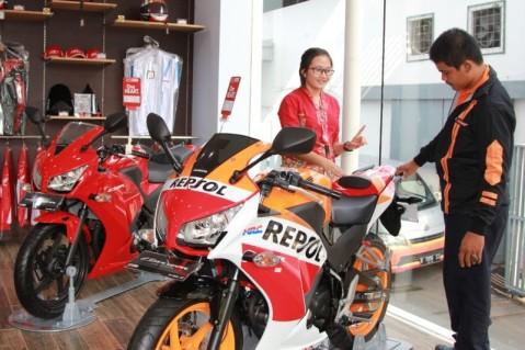 Karyawan dealer Honda menjelaskan teknologi sepeda motor Honda CBR150R kepada konsumen. Berdasarkan data Asosiasi Industri Sepedamotor Indonesia (AISI), penjualan Honda CBR150R berhasil mendongkrak penjualan sepeda motor Honda di segmen sport hingga 13,5%, yaitu dari 16.975 unit pada Maret 2015 menjadi 19.266 unit pada April 2015