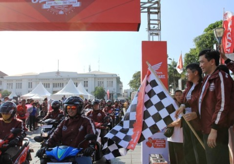 (Dari kanan) Direktur Marketing AHM Margono Tanuwijaya bersama dengan Direktur Marketing AHM Koichi Mizuno melepas turing Honda Smart Adventure di Kota Tua, Jakarta (28/5).  AHM mengajak 150 riders menggunakan sepeda motor skutik Honda berpetualang menjelajahi Jawa-Bali-Lombok menaklukkan jarak sekitar 2.400 km untuk mengangkat pariwisata terbaik di tiga pulau tersebut