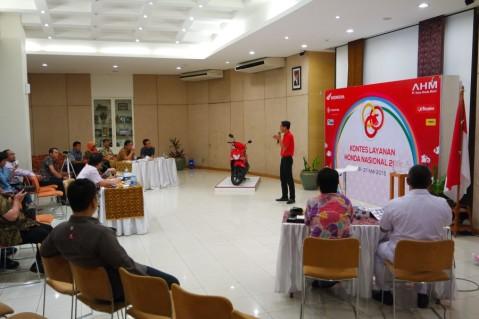 Proses penilaian final peserta Kontes Layanan Honda 2015