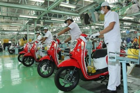 Karyawan AHM melakukan pengecekan final pada New Honda Scoopy eSP di pabrik AHM Cikarang, Jawa Barat. Penjualan Honda Scoopy tumbuh sebesar 8,5% dengan angka penjualan 125.697 unit, dibandingkan dengan periode yang sama pada 2014 yang hanya 115.849 unit.