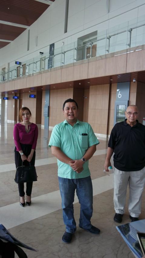 Ibu Lia, Bapak Andy Wismarsyah dan Bapak Freddy Sutrisno menjelaskan tentang Floor Plan ICE yang bertaraf Internasional