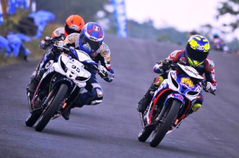 Anggi Permana (158) dan Sulung Giwa (94) memacu Jupiter Z1 di kelas Exhibition Z1 Yamaha Cup Race Seri 4 di sirkuit Gunung Peusar Tasikmalaya