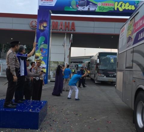 Executive Vice President PT Yamaha Indonesia Motor Manufacturing Dyonisius Beti & Kapolres Jakarta Timur Kombes Pol Umar Faroq SH,MH,MM melepas peserta Yamaha Mudik Kita 2015 (2)