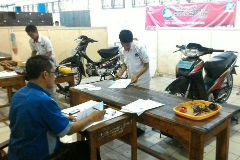 Siswa SMK jurusan Teknik Sepeda Motor Honda mengikuti uji kompetensi tahap I di masing-masing sekolah. AHM bekerjasama dengan jaringan Main Dealer Honda di seluruh Indonesia kembali melakukan uji kompetensi kepada 25.440 siswa dari 477 SMK sebagai upaya perusahaan dalam menyiapkan tenaga muda terampil melalui dunia pendidikan.