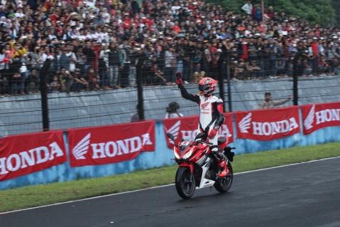 Pebalap MotoGP Marc Marquez mencoba sepeda motor terbaru All New Honda CBR150R di Sirkuit Sentul, Bogor saat peluncuran perdana produk tersebut (14/02). Kehadiran All New Honda CBR150R mendapatkan sambutan positif dari para pecinta sepeda motor sport nasional menyusul penjualannya pada bulan lalu yang mencapai 5.231 unit atau melonjak 96,2% dibandingkan dengan data penjualan bulan sebelumnya Februari 2016.