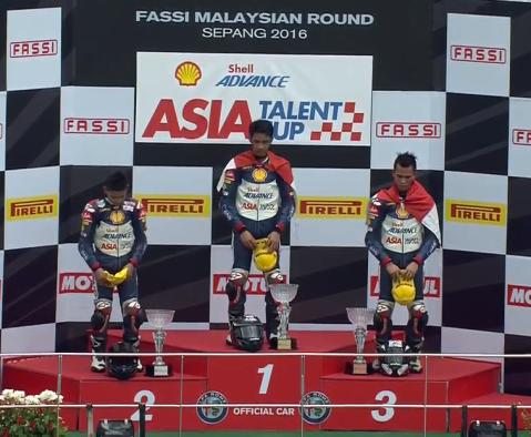 Pebalap binaan AHM, Andi Gilang (tengah) dan Gerry Salim (kanan) berhasil naik podium setelah menempati posisi pertama dan ketiga di race pertama ATC 2016 seri Sepang (14-15/5)