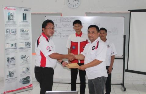 Berfoto Bersama Perwakilan AHASS Mitra Perdana yang akan menerima siswa dari SMK
