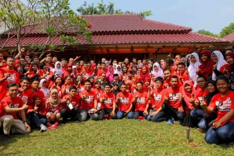 Para finalis AHMBS 2016 berfoto bersama Prof Dr Ing H Bacharuddin Jusuf Habibie (tengah) dan manajemen AHM seusai acara motivasi kepada siswa-siswi peserta AHMBS di kediaman Prof Dr Ing H Bacharuddin Jusuf Habibie, Kuningan (7/8).  AHM mengumpulkan 69 calon enterprenur muda dari berbagai wilayah di Indonesia pada final AHMBS 2016 di Jakarta untuk berkompetisi memaparkan ide dan kreativitasnya menawarkan inovasi untuk memberikan manfaat bagi masyarakat dan lingkungannya.
