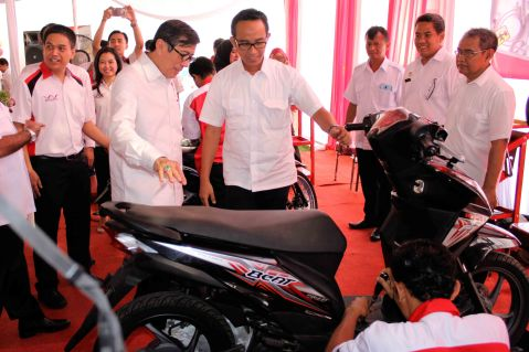 Menteri Hukum dan HAM Yasona H Laoly (kiri) didampingi Deputy Head of Corporate Communication AHM Ahmad Muhibbuddin (kanan) menyaksikan siswa SMK Istimewa melakukan praktik teknik sepeda motor Honda di dalam LPKA Kelas I Tangerang.