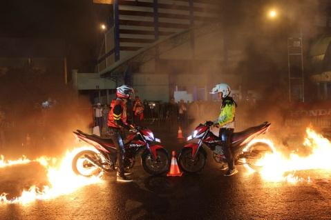 Brand Ambassador Honda, Al Ghazali melakukan aksi burn out menggunakan New Honda Sonic 150R pada Honda Sonic Infastion 2016 di area parkir Stadion Kanjuruhan – Malang