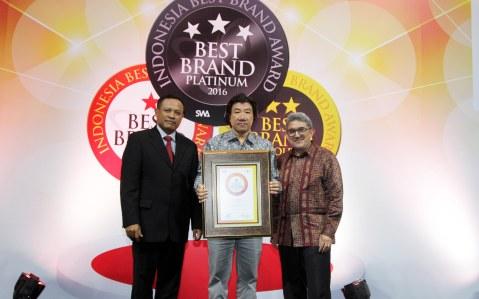 (tengah) GM Marketing Planning & Analysis Division AHM Agustinus Indraputra menerima penghargaan IBBA 2016 yang diserahkan oleh (kanan) Chief Editor Majalah SWA Kemal E Gani dan Chairman Lembaga Survei Mars Asto Subroto.