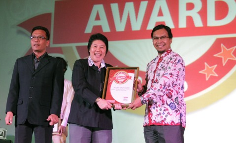 (tengah) GM Logistic & Distribution Division AHM, Kurniawati menerima penghargaan Marketing Awards yang diserahkan oleh Managing Director majalah Marketing, Sukardi Arifin dan dewan juri Marketing Awards 2016 Wahyu T. Setyobudi di Hotel Mulia, Jakarta (22/9).