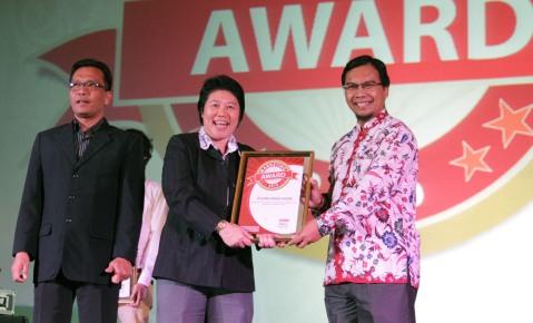 (tengah) GM Logistic & Distribution Division AHM, Kurniawati menerima penghargaan Marketing Awards yang diserahkan oleh Managing Director majalah Marketing, Sukardi Arifin dan dewan juri Marketing Awards 2016 Wahyu T. Setyobudi di Hotel Mulia, Jakarta (22/9).