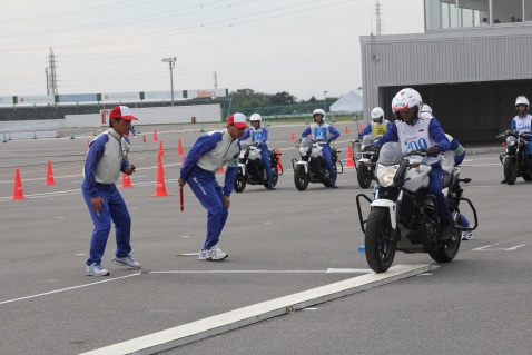 Instruktur Safety Riding Honda, M. Adi Sucipto melakukan tes narrow plank untuk menguji keseimbangan berkendara pada The 17th Safety Japan Instructor Competition di Jepang (20-21/10). Pada kompetisi ini Adi turun di kelas 750 cc dan berhasil menempati posisi terbaik ke-5.