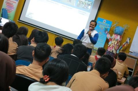 Instruktur Safety Riding Honda memberikan pelatihan safety riding kepada siswa peserta acara Road Safety Campaign di SMA Negeri 80 Jakarta (16/11)
