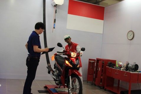 Mekanik AHASS, Fadzar Supriadi mengikuti salah satu sesi uji kompetensi teknik Honda Asia & Oceania Motorcycle Technician Skill Contest 2016 di Training Center Honda Vietnam